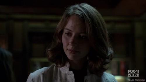 Amy Acker es Dr. Claire Saunders