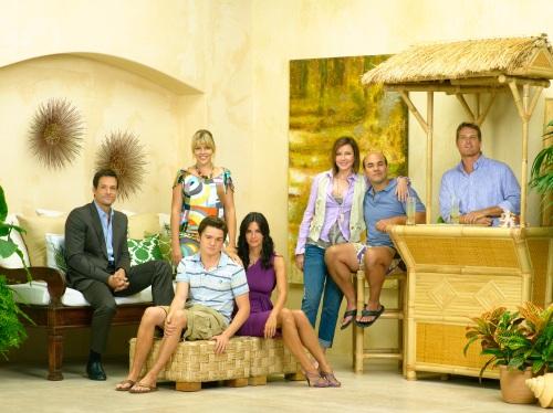 La protagonista de Friends vuelve a la TV como una seductora de hombres más jóvenes.